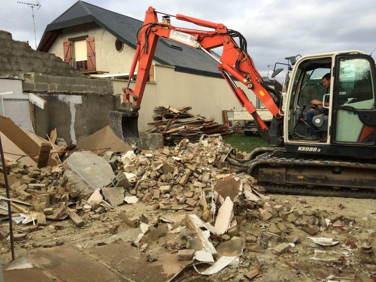 Destruction de la maison avec la grue
